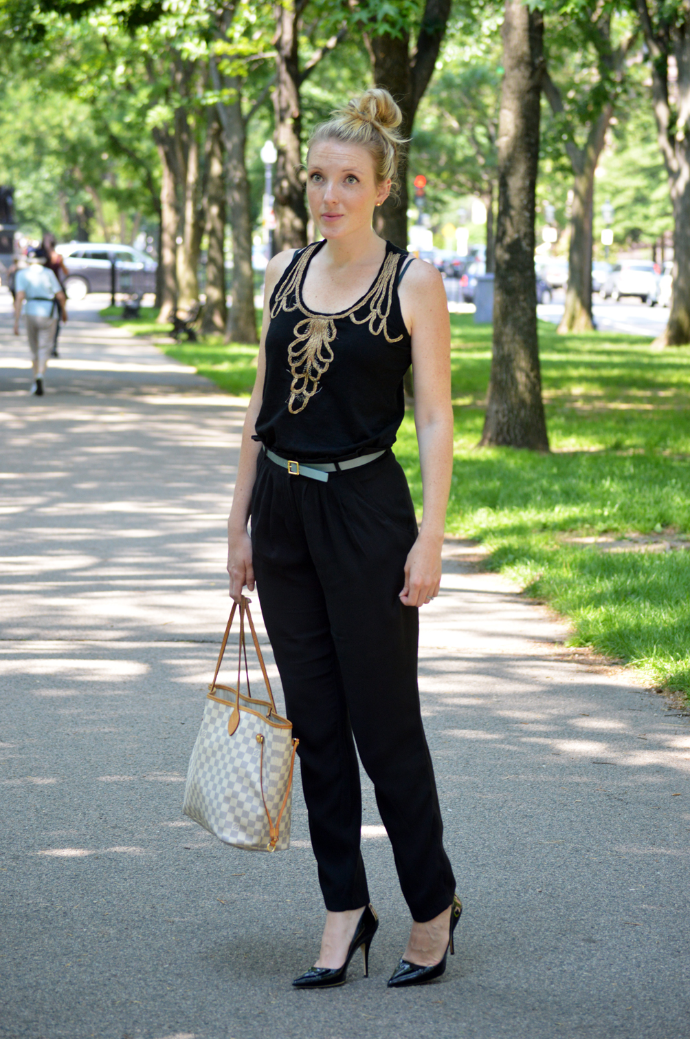 casual chic summer outfit with all black and cropped crepe pants