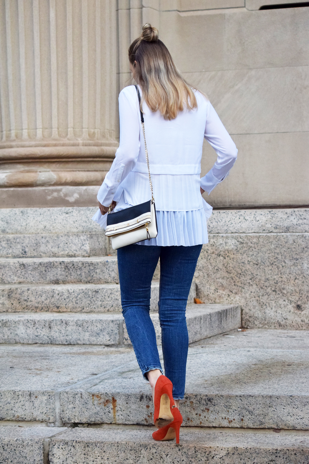 white top, skinny jeans, orange pumps