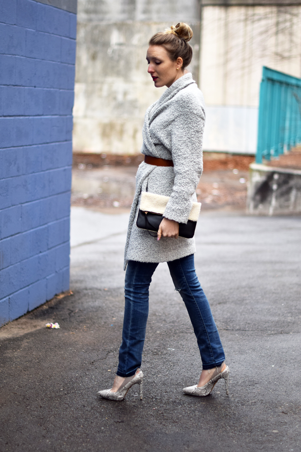 oversized belted sweater with skinny jeans and snakeskin pumps