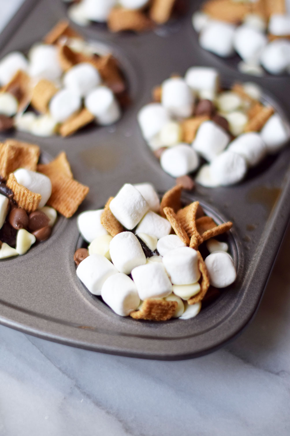 lifestyle blogger Leslie Musser of one brass fox shares the perfect summer recipe for smores brownie cups