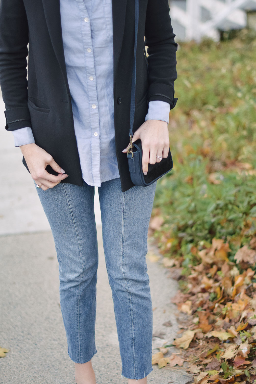styling a fall blazer outfit with blue jeans and black suede slingback heels