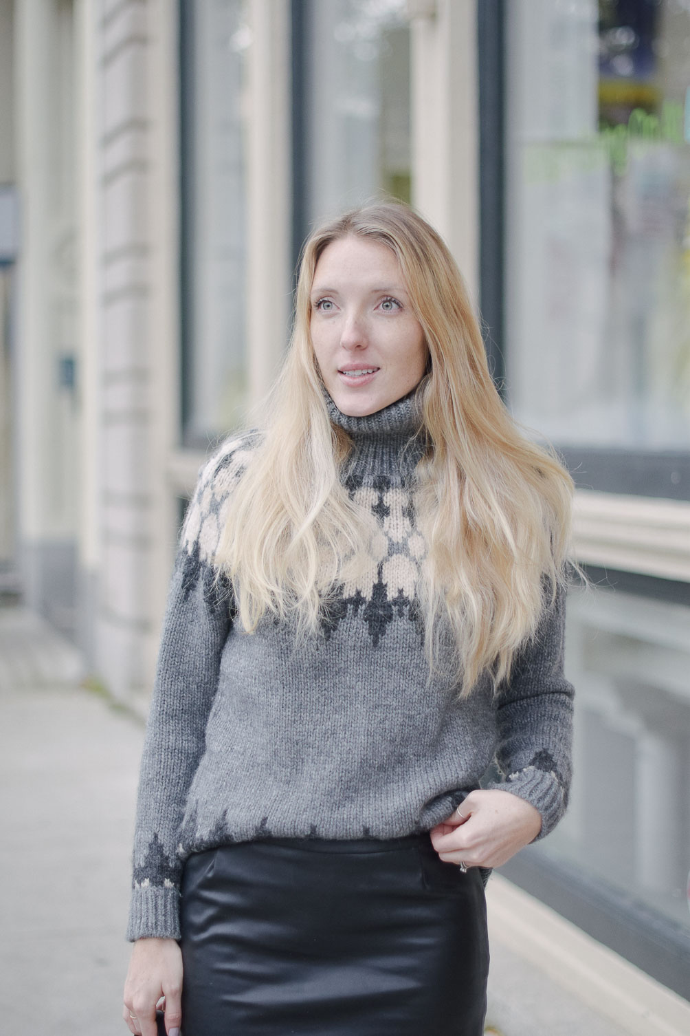 fashion blogger Leslie Musser wearing a chunky turtleneck winter sweater outfit