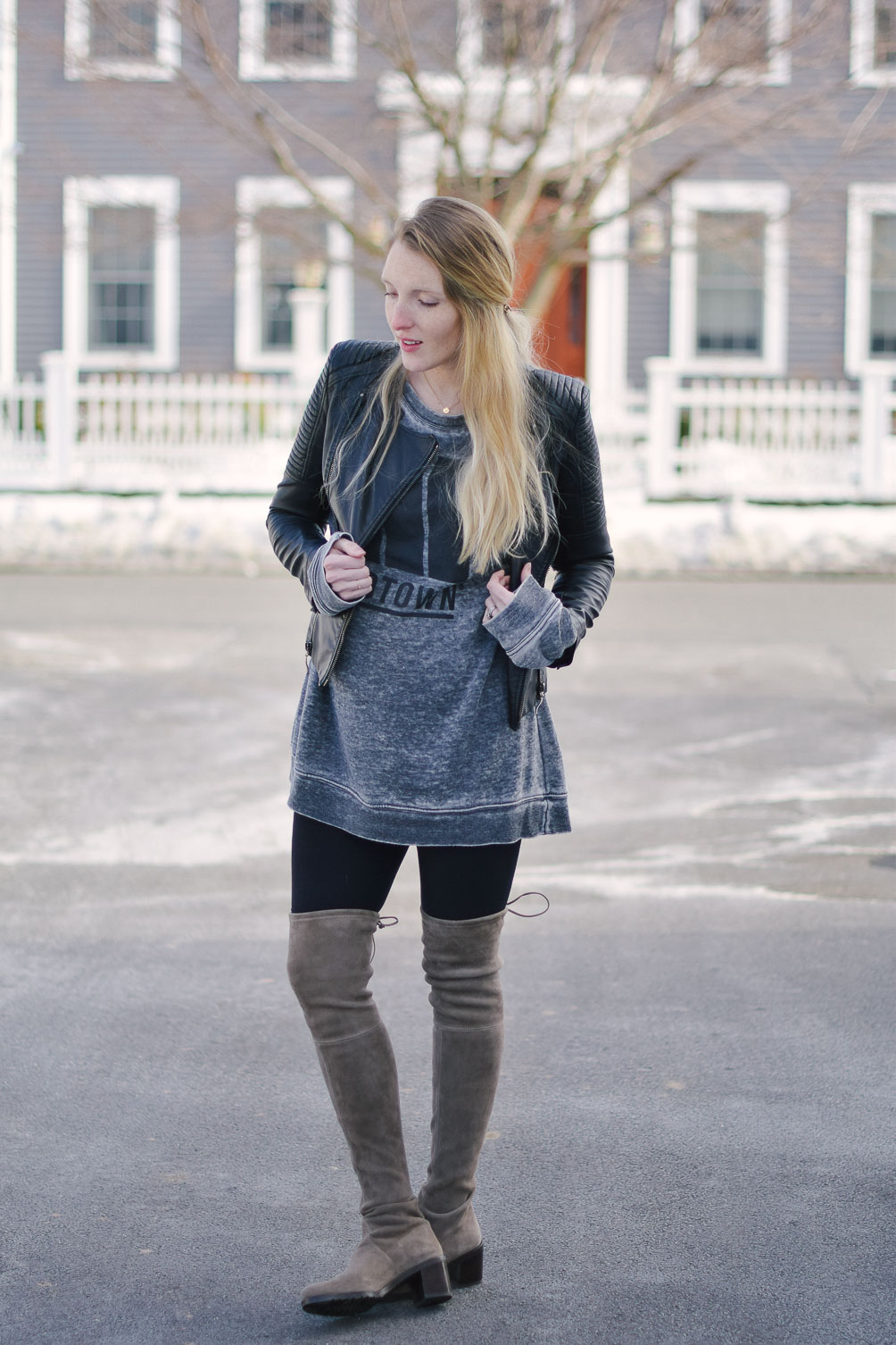 styling an oversized sweatshirt for casual maternity outfit inspiration