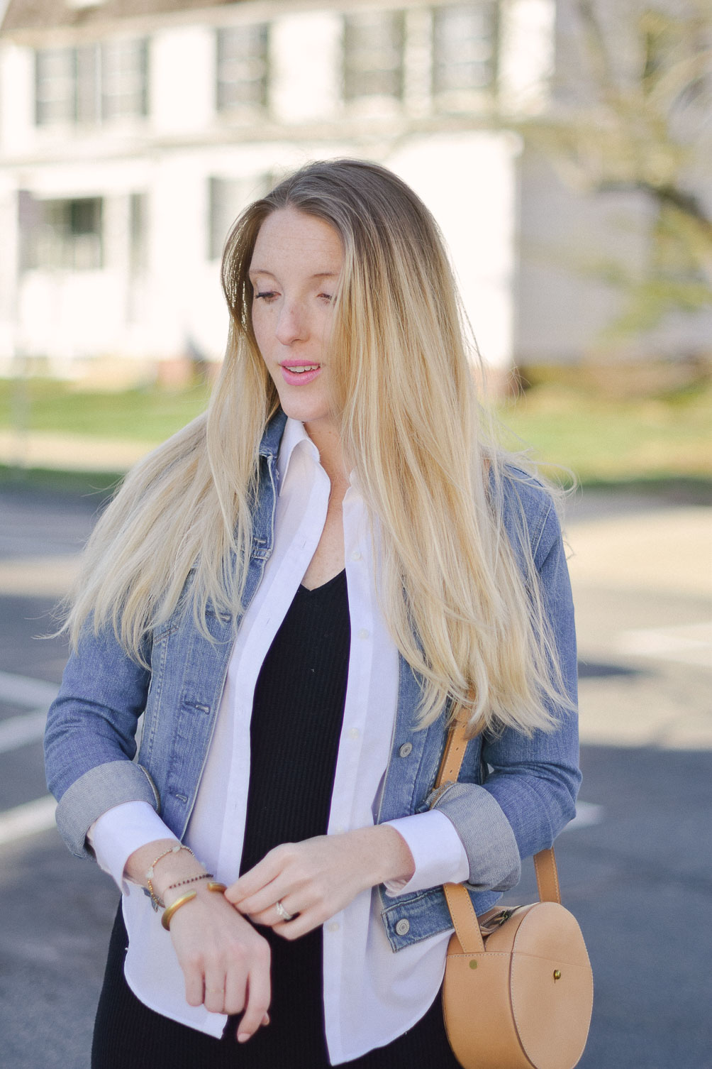 styling a spring denim jacket for easy maternity style with leather circle bag and suede heels