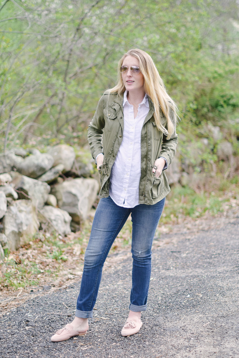 styling spring earth tones in this maternity fashion look