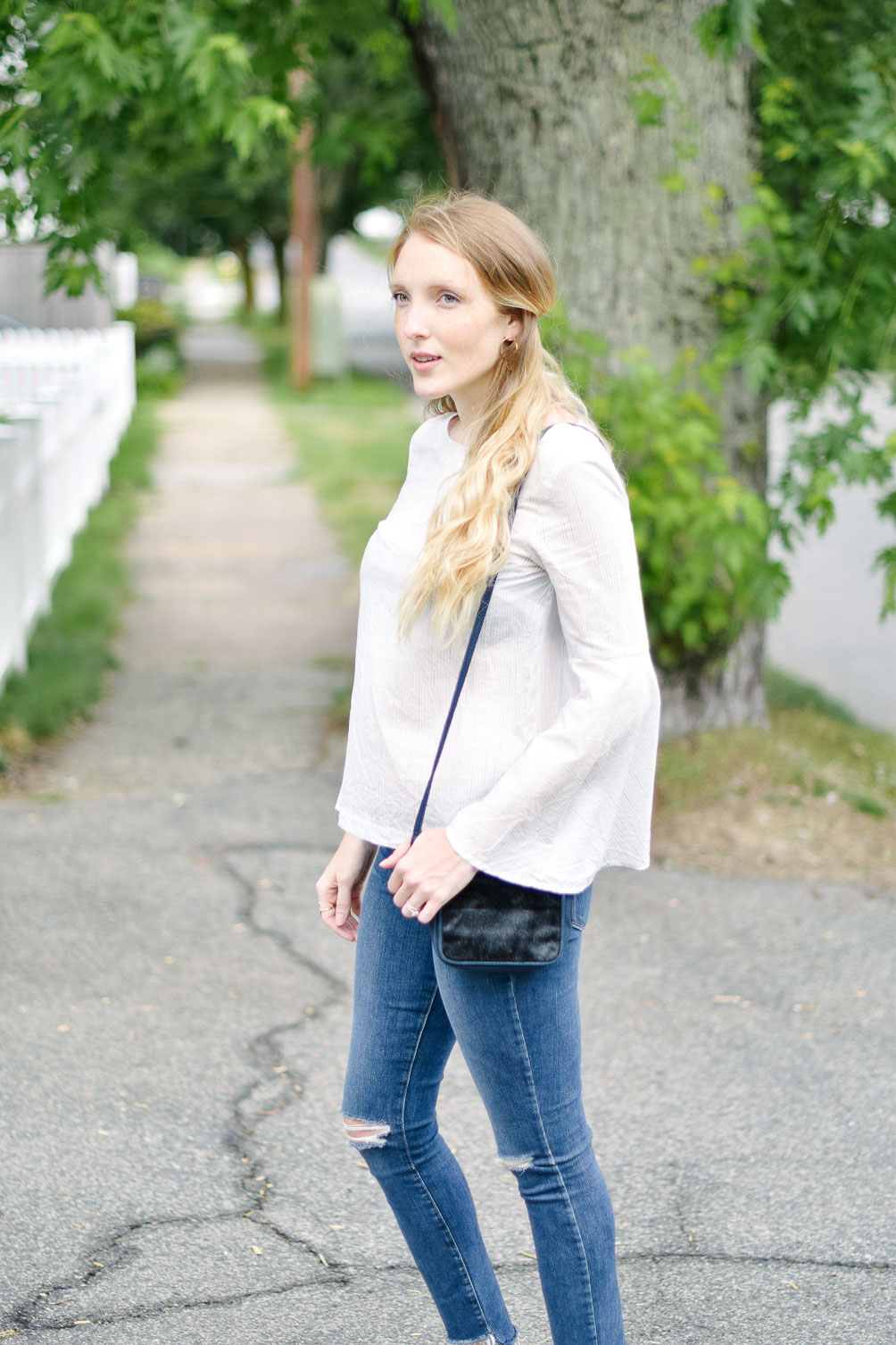 fashion blogger Leslie Musser styling transitional basics to wear from summer into fall with this casual outfit