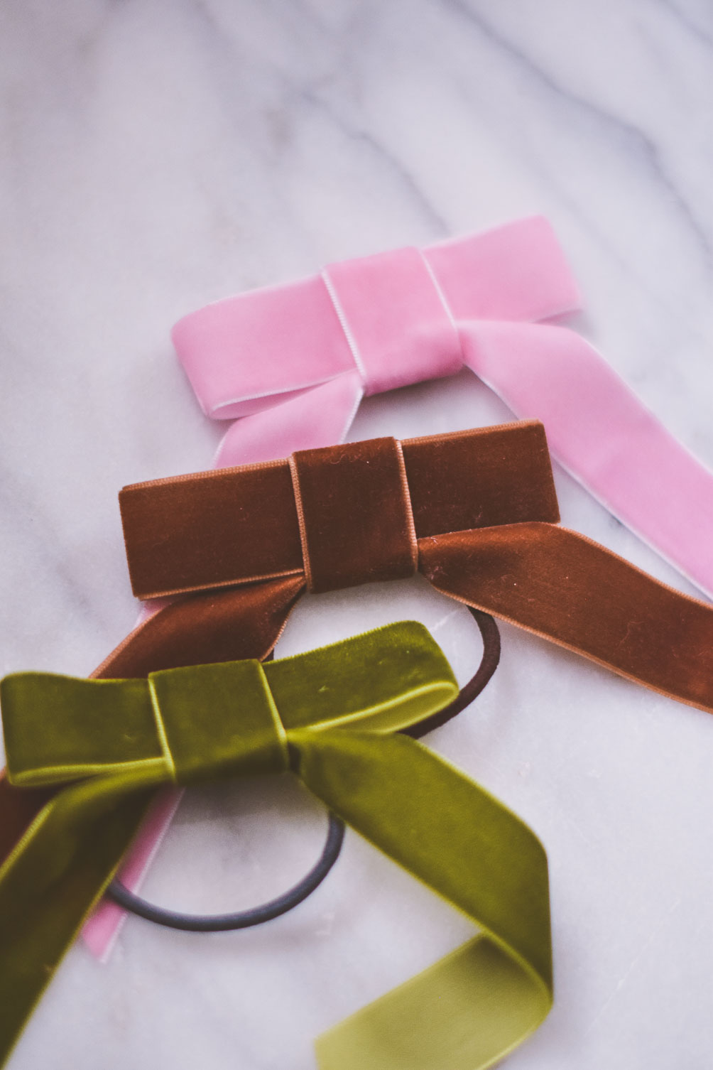 sharing a quick and easy tutorial for this diy velvet hair tie in assorted colors