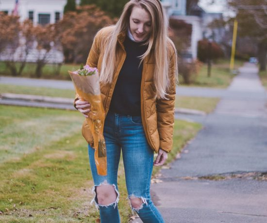 styling an easy winter outfit and tips on how to wear a puffer jacket with a turtleneck and Levi's