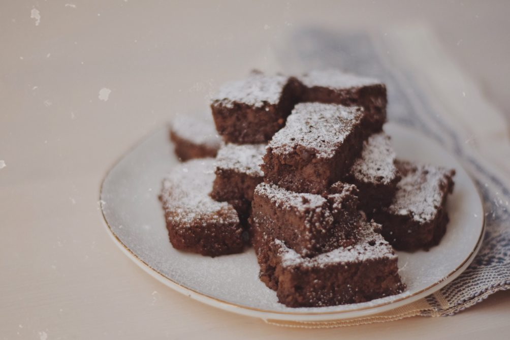 sharing a delicious and easy clean eating dessert recipe for healthy fudge brownies using black beans